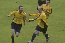 Václav Nosek (vlevo) se raduje ze vstřeleného gólu v minulém zápase krajské fotbalové I. A třídy, ve kterém Čimelice porazily Katovice 1:0.