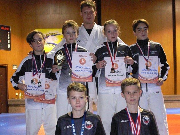 Na snímku jsou dole zleva Dominik Smola a Jakub Schánilec, nad nimi zleva Matyáš Hnyk, Jakub Stinka, Aneta Stinková, Michal Vondrášek a za nimi jejich trenér David Krejča.