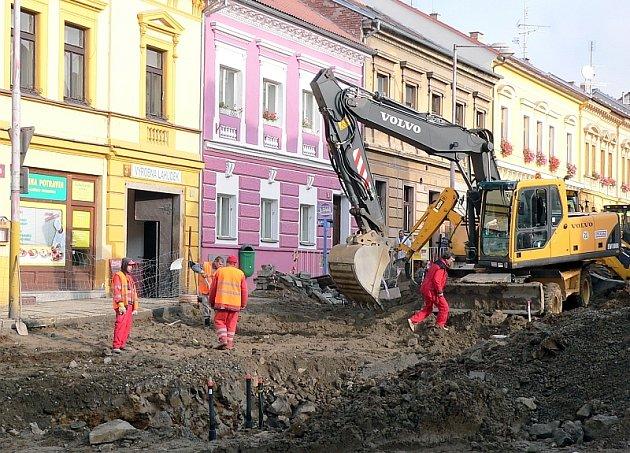 I když rekonstrukce horní části Žižkovy ulice se uskuteční až v příštím roce,  úpravy křižovatky  s ulicemi Pokopovou a Rokycanovou zasahují už nyní až sem a autobusové zastávky musely být na přechodnou dobu přestěhovány do  Harantovy ulice.
