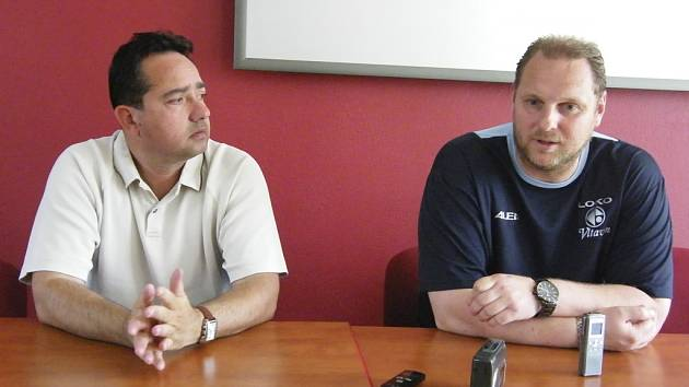 Sobotní zápas III. fotbalové ligy FC Písek –  Lokomotiva Vltavín hodnotili trenéři obou týmů: domácí Alexandr Fečo (vlevo) a hostující Radek Kronďák.