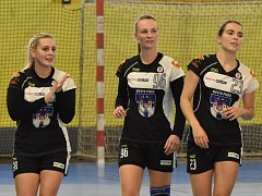 Hráčky Pavlína Novotná (vlevo) se po zranění zapojila do hry. Michaela Pešková (uprostřed) však na marodce stále zůstává. Vpravo je mladá Alexandra Merglová.