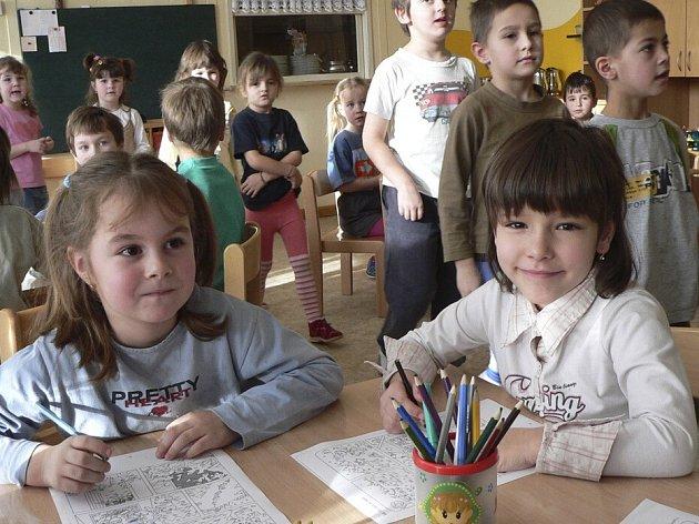 Také v milevské mateřské škole s názvem Sluníčko se děti formou hry učí základům anglického jazyka.