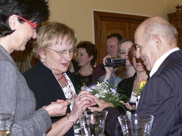 Padesát let společného života oslavili manželé Justýna a Michal Zverbíkovi z Písku. Za přítomnosti místostarostky Hany Rambousové si zopakovali po padesáti letech výměnu snubních prstýnků.