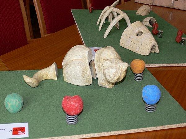 Kočka sklubíčky - multifunkční plastika zběleného dubu