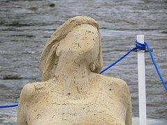 V opalující se ženě udělal déšť mnoho děr. I tato socha tak brzy přestane existovat.