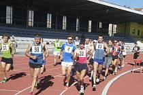 Na snímku jsou tři závodníci z oddílu Atletika Písek, kteří v neděli startovali na 72. ročníku silničního běhu na 25. kilometrů Kolem Hluboké. Zleva to jsou: Zdeněk Vosátka (č. 32), Bohuslav Rodina (č. 98) a Jiří Jansa (č. 30).