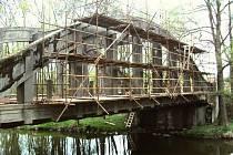 Písecká správa a údržba silnic opravuje most přes Lomnici v Miroticích.