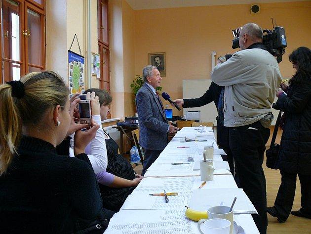 Komunální volby 2010, místnosti v ZŠ T.G.M., kde se v sobotu začalo volit až v 8.15 h. Zpestření pak členům komise obstaralo i natáčení České televize