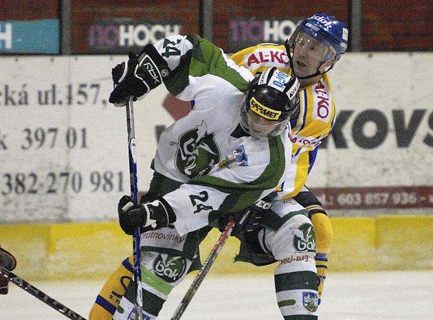 Písecký útočník David Míka (vzadu) atakuje Ladislava Jindřicha v utkání druhé ligy, ve kterém hokejisté Písku zvítězili nad Trutnovem vysoko 8:3.