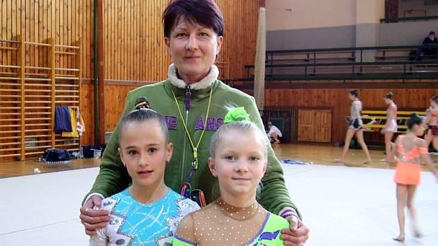 Na snímku je trenérka Lenka Karlová se svými svěřenkyněmi (zleva): Nikola Bečvářová a Tereza Sajtlová, všechny z oddílu moderní gymnastiky TJ Spartak Písek.