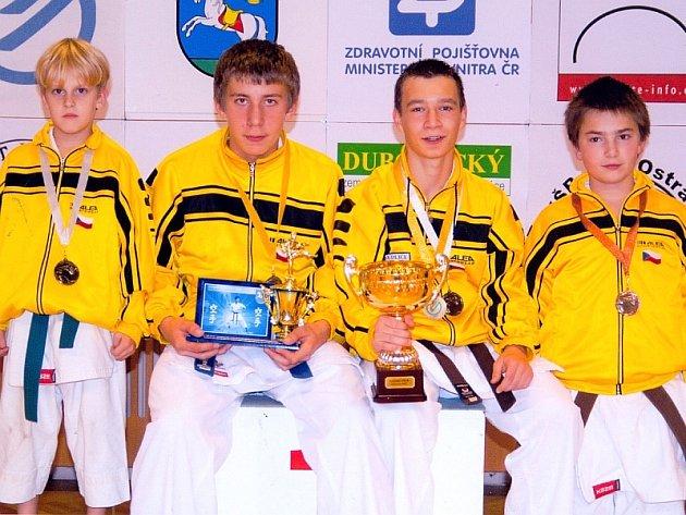 VELKÝ ÚSPĚCH. Na snímku jsou medailoví karatisté Budó školy  KK Písek (zleva): Dominik Bartuška, Matěj Cvrk, Marek Pohanka a Luděk Soudný.