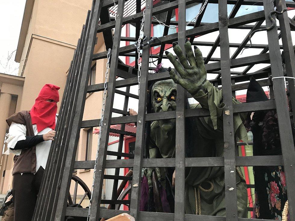 Čarodějnice zůstaly letos ohně ušetřeny. V Milevsku proto uspořádali alespoň čarodějnickou jízdu městem. Vůz se dvěma čarodějnicemi v kleci vyjel do milevských ulic v pátek v sedm hodin večer od kulturního domu.