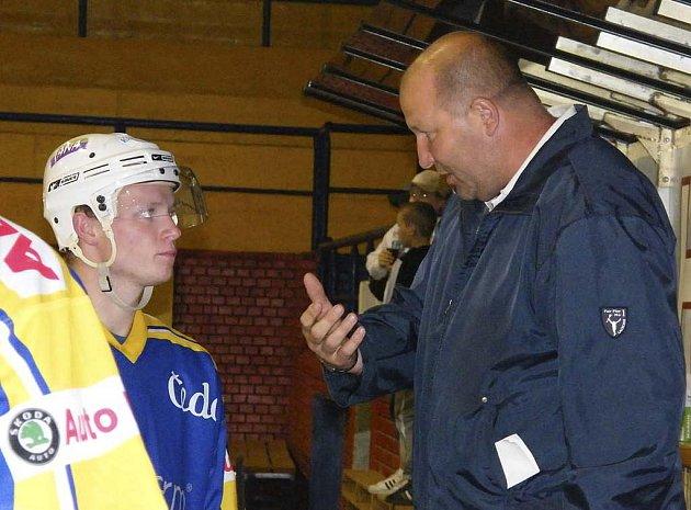 Rudolf Suchánek, trenér prvoligových hokejistů IHC Komterm Písek, hned v průběhu zápasu upozorňuje hráče na chyby, kterých se na ledě dopustili.