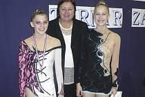 Na snímku ze Záhřebu jsou zleva: bronzová Ludmila Korytová, rozhodčí Dana Vojtová a juniorka Kristýna Souhradová, všechny z RG Proactive Milevsko.