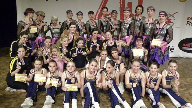 Náš snímek je ze sobotního večerního bloku v Praze a jsou na něm členky týmů Moulin Rouge, Balada pro banditu, Popular a Dance all night.