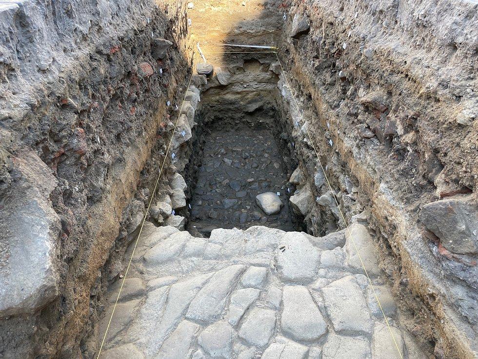 Průzkumné práce na Velkém náměstí v Písku odhalily už řadu zajímavých nálezů.