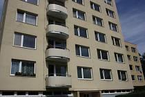 MUNICE. Podle informací od obyvatel sídliště Jih sběratel bydlí v tomto bytě v ulici Třída přátelství.