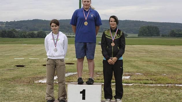 Na snímku jsou tři nejlepší závodnice v disciplíně multi skish: zleva stojí druhá v pořadí Barbora Míková, vítězná Kateřina Marková a třetí Jitka Pausarová.