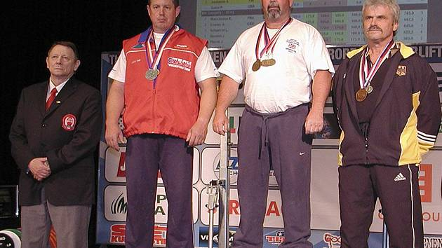 Josef Máška (na snímku druhý zleva) na stupních vítězů se stříbnou medailí, kterou vybojoval na mistrovství Evropy v silovém trojboji v Plzni.