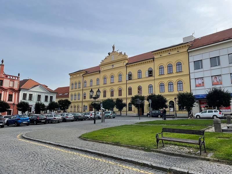 Opravená budova bývalé základní školy na Alšově náměstí, kam se přestěhovala městská knihovna.