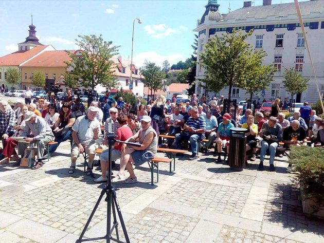 Milevské náměstí E. Beneše se plní lidmi před setkáním sprezidentem Milošem Zemanem.