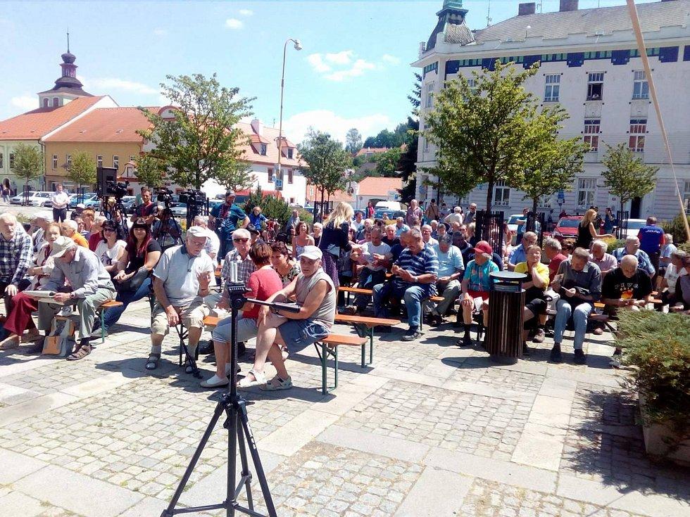 Milevské náměstí E. Beneše se plní lidmi před setkáním s prezidentem Milošem Zemanem.