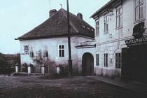HISTORIE. Vedle  známého domu na rohu Fügnerova náměstí a Karlovy ulice v Písku  s domovním znamením slona stával ještě dům č. p. 4.  Zbourán byl před rokem 1905.