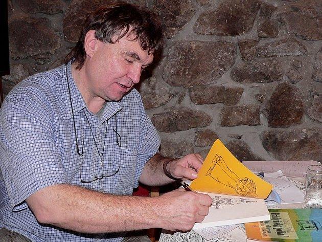 Ondřej Fibich byl také jedním z hostů Městské knihovny v Písku a pro knihovníky Písecka připravil besedu, kde přiblížil i svoji knihu Prácheňský poklad. Na snímku autor při podepisování svého díla.