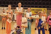 PĚKNÁ UMÍSTĚNÍ. Na snímku jsou dívky klubu Edita AK při závěrečném vyhlášení kategorie 11 – 13 let. Zprava stojí Renata Marhanová (5. místo), Šárka Nováková (4.) a vítězná Kamila Němečková.