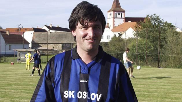 CÍLEM JE ZÁCHRANA. Pavel Němec (na snímku), hrající předseda fotbalového klubu SK Oslov, startující v okresní III. třídě Písecka, věří, že se mužstvo na jaře v soutěži udrží a že od příští sezony klub přihlásí do  okresního přeboru žákovské družstvo.