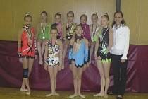 Na snímku jsou moderní gymnastky RG Proactive Milevsko. Nahoře sedí (zleva): N. Kotašková, L. Laláková, V. Němečková, T. Kutišová, S. Kubíčková. Stojí: A. Havlíková, N. Křížová, K. Kreisslová, K. Souhradová a trenérka L. Tollingerová.