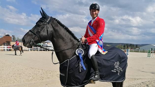 Hřebec Warness spolu se svým jezdcem Kamilem Papouškem.
