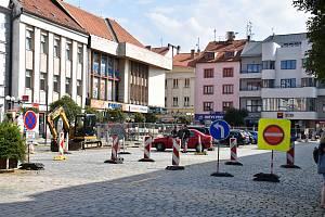 Stavba horkovodu výrazně omezila provoz v centru města.