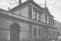 Pohled  na budovu sokolovny v Tyršově ulici  v Písku je z poloviny třicátých let 20. století.