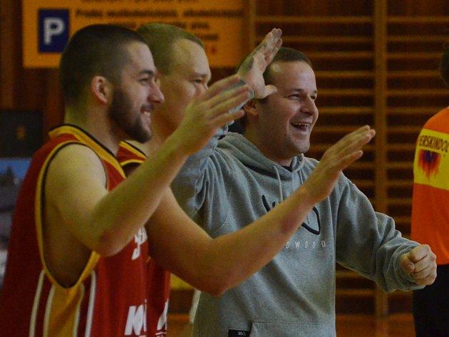 RADOST. Písečtí Sršni se radují. Vpravo trenér mužstva Milan Matějka.