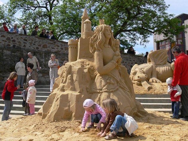 Právě sochy Princezna a Drak přitahují od počátku velkou pozornost všech přihlížejících.