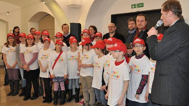 Žáci ZŠ Jana Husa v Písku na vernisáži prací z projektu Hravý architekt ve Sladovně.