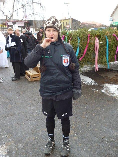 NA MASOPUSTU. Redaktorka Deníku se zúčastnila sobotního maškarního průvodu v Milevsku. Šla za fotbalovou rozhodčí.