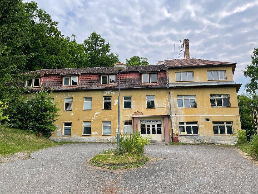 Bývalá psychiatrická léčebna U Honzíčka v Píseckých horách. Radnice se ji neúspěšně snaží prodat.