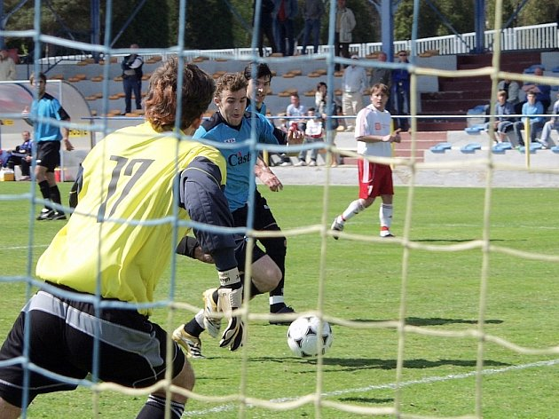 Domácí Vlastimil Holan (u míče) za malý okamžik překoná brankáře hostí Roberta Spěváka a vstřelí tak jeden ze svých tří gólů, které vsítil v utkání minulého kola krajského přeboru v kopané, ve kterém FC Písek deklasoval tým FK Olympie Týn nad Vltavou 7:0.