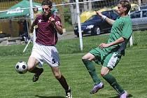 Hajný (vlevo) ukopává míč před domácím střelcem Pichlíkem, který dvěma góly rozhodl o výsledku zápasu krajského fotbalového přeboru, ve kterém Čížová zvítězila nad Vodňany 2:0.