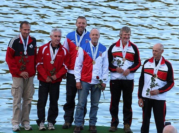 Na snímku jsou nejlepší posádky ze závodu K2 kategorie 55 –  59 let. Vlevo jsou druzí v pořadí Kanaďané Robert Lang a Darryl Bohmen, uprostřed stojí zlatí Miroslav Pánek a Milan Kučera z ČR, vpravo třetí Belgičané Herman van Dooren a Jan Leysen.