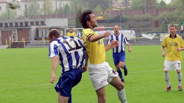Snímkem se vracíme k minulému domácímu zápasu fotbalistů Písku v krajském přeboru, ve kterém zvítězili nad Hlubokou 5:0. Domácí Stanislav Legdan (ve světlém) takto ve vzdušném souboji přehlavičkoval hostujícího Martina Jankovského.