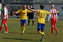 FOTBALOVÝ PÍSEK PORAZIL JIRNY 2:0. Miroslav Slepička (vlevo) se ze vstřelené branky raduje s Jakubem Kaláškem (zády).