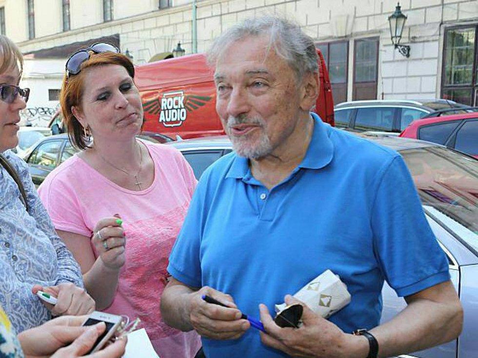 Sběratelka fotografií se slavnými lidmi Eva Keclíková na snímku s Karlem Gottem.