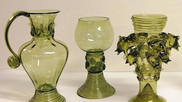 Skleněné vázy a poháry od Václava Vlasáka z Bělčic na Strakonicku.