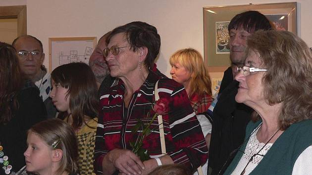Marcela Uhrová (na snímku uprostřed) na výstavě svých žáků z občanského hnutí Horizont v Písku.