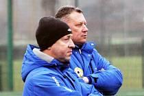 TRENÉŘI. Starší dorostence FC Písek vedou hlavní trenér Jan Buchtele (vlevo) a jeho asistent Vlastimil Klusoň.
