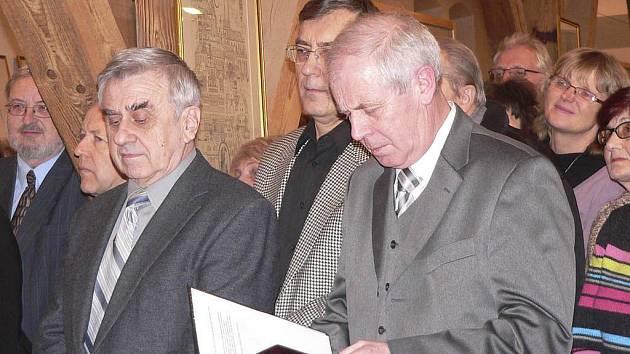 Písecký výtvarník František Doubek (vlevo) při vernisáži své výstavy v písecké Sladovně.