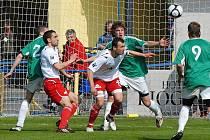 Domácí hráči Polodna a Pastyrik (ve světlém) v souboji před soupeřovou brankou s Hebnarem a Sochou v utkání třetí fotbalové ligy, ve kterém Písek remizoval s Loko Vltavín 0:0.